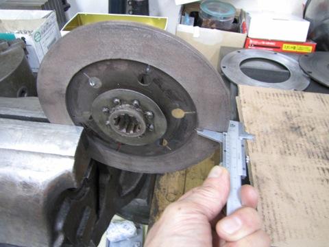クラッチディスクの厚みを測定
